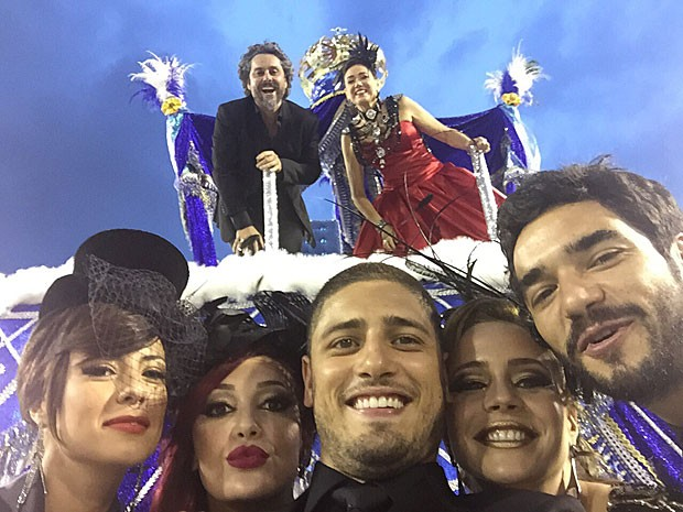 Daniel Rocha tira foto com colegas de elenco no carro alegórico (Foto: Arquivo pessoal)