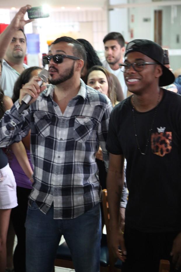 Belo recebe visita de Robinho (Foto: Stênio Madeira / Divulgação)