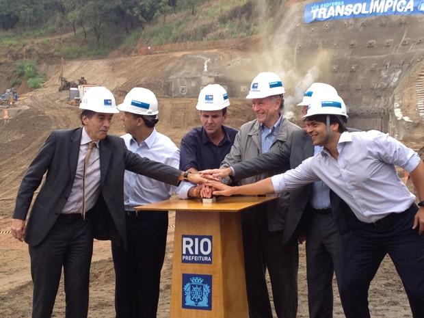 Cabral e Paes acionam botão para detonar rocha (Foto: Renata Soares / G1)