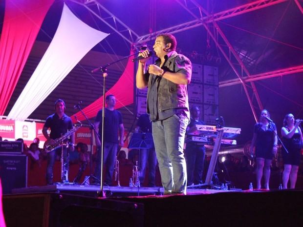 Com sucessos como 'Maravilha', 'A mala tá pronta' e 'Cheia de Manias', o Raça Negra agitou a noite de pagode em Manaus. (Foto: Marcos Dantas/G1 AM)