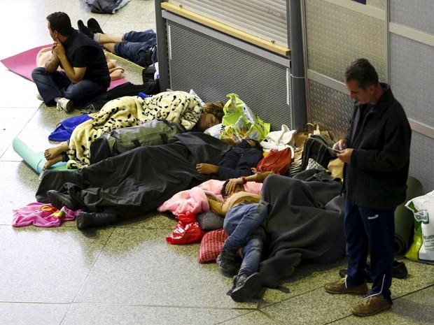 Refugiados dormem na estação central de Munique, neste domingo (13) (Foto: REUTERS/Michaela Rehle)
