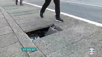 Buraco na calçada atrapalha pedestres que circulam por ponte no Bom Retiro
