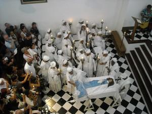 Irmandade e população assistem, no sábado (13), a missa pelas almas das irmãs mortas na Capela de Nossa Senhora da Boa Morte, em Cachoeira (Foto: Lilian Marques/ G1 Bahia)