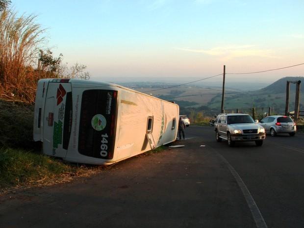 Ônibus de turismo tomba na serra de São Pedro com 46 passageiros (Foto: Diego Soares/São Pedro News)