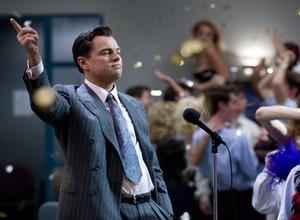 Os discursos de Jordan Belfort (Di Caprio) eram parte da estratégia de crescimento da corretora Stratton Oakmont  (Foto: Divulgação)