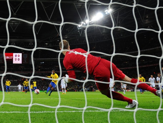 Hart defende pênalti de Ronaldinho (Foto: AFP)