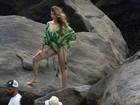 Grávida, Bruna Hamú faz carão durante sessão de fotos na praia