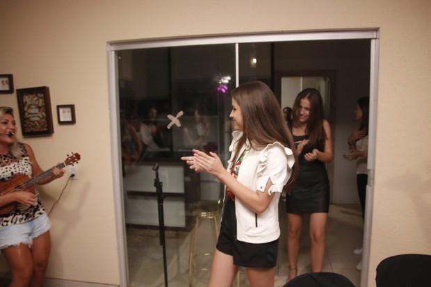 Julia e Rafaela ganham festa surpresa (Foto: Evandro José/EGO)