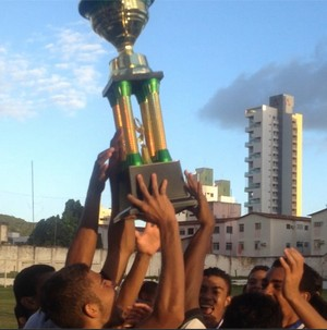 ABC sub-17 ergue troféu de campeão potiguar (Foto: Divulgação/ABC)