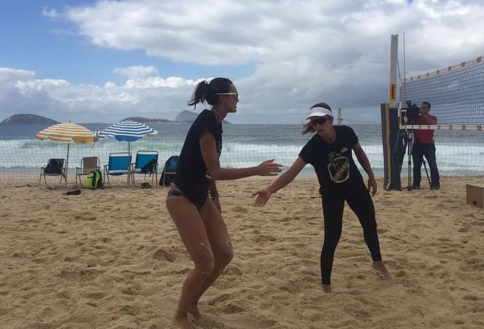 Bárbara Seixas e Fernanda Berti fazendo seu primeiro treino de vôlei de praia no Leblon (Foto: Gabriel Fricke)