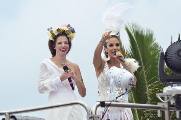 Ivete sangalo recebe Vanessa da Mata em trio elétrico (Foto: Saulo Brandão?Divulgação)