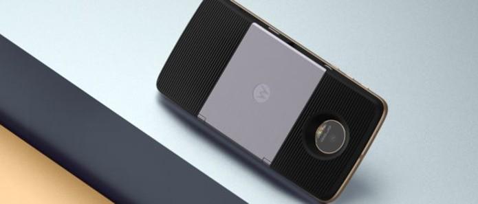Case tem projetor embutido para espelhar tela do celular em imagem de 70 polegadas (Foto: Divulgação/Lenovo)
