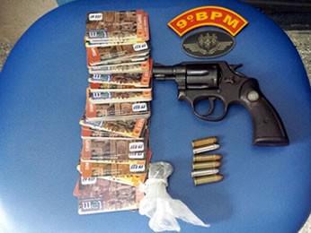 Agente prisional foi detida com 100 cartões tranporte e arma  (Foto: Assesoria/PM)