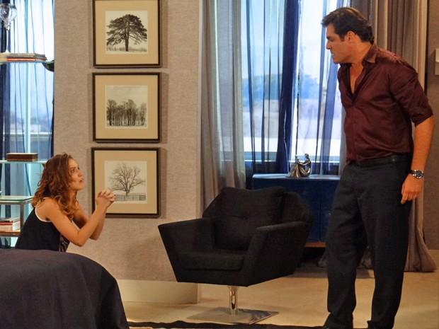 Humilhação! A jornalista é obrigada a pedir perdão de joelhos (Foto: Gabriela Duarte / Gshow)