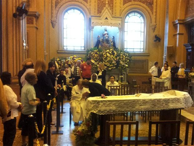 Fiéis fazem fila para o adeus ao arcebispo Dom Joviano, velado na Catedral de Ribeirão Preto, SP  (Foto: Carolina Visotcky/ G1)