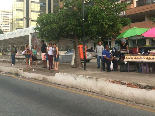 Nas paradas de ônibus, prevalece incerteza dos usuários (Foto: Ana Paula Muniz / TV Mirante)