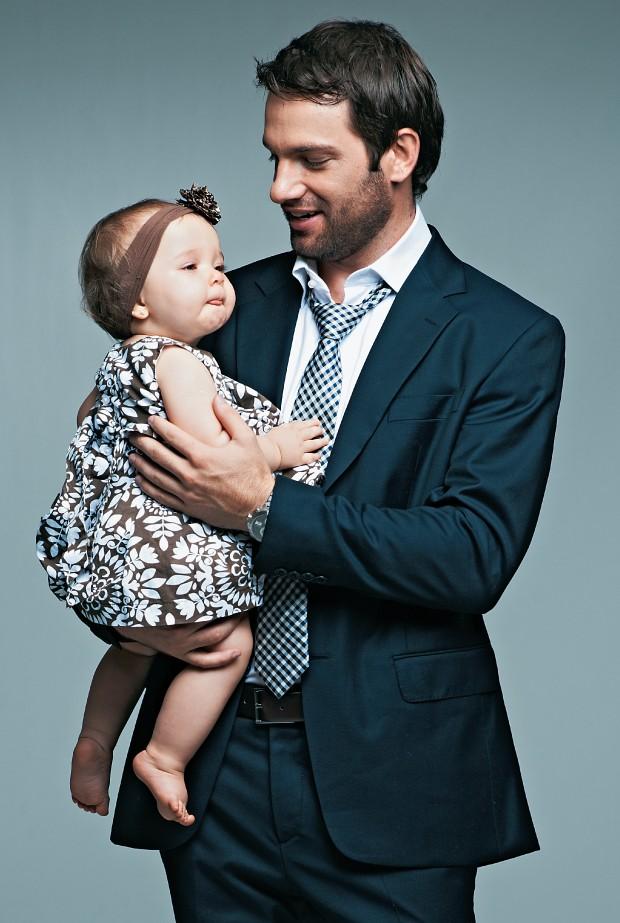 MODERNO Homem com bebê no colo. Eles acompanharam as mudanças femininas e estão mais presentes na vida familiar (Foto: Christian Parente/ÉPOCA; Produção: Cuca Elias)