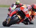 Márquez muda a estratégia, supera rivais e reina absoluto na Alemanha