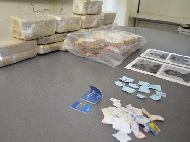Material apreendido com os suspeitos de tráfico de drogas (Foto: Marina Fontenele/G1)