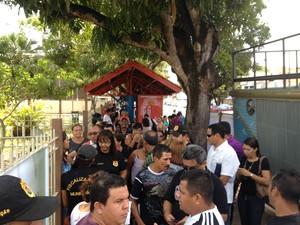 Servidores concentrados em frente a prefeitura de Macapá (Foto: John Pacheco/G1)