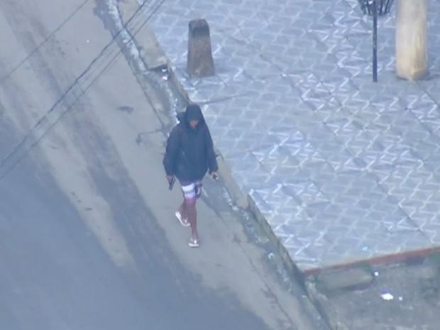 Homem armado é flagrado no Chapadão (Foto: Reprodução/TV Globo)