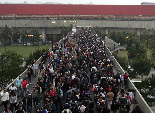 Normalmente, o movimento de passageiros em horário de pico já costuma ser grande na estação Corinthians-Itaquera. No início de junho, uma greve de funcionários da CPTM interrompeu o serviço parcialmente e complicou ainda mais a situação (Foto: Werther Santana/Estadão Conteúdo)