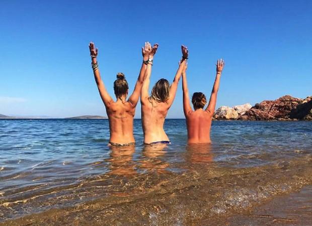 Mariana Weickeret faz topless com amigas na Grécia (Foto: Reprodução/Instagram)