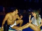 Fani toma uns bons 'drink' com o noivo à beira da piscina em Maceió