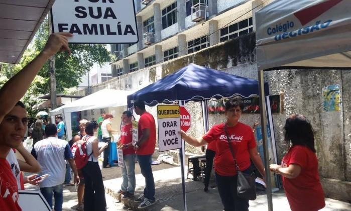 Grupo montou tenda para rezar com candidatos
