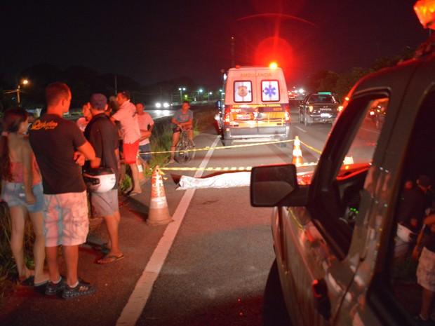 Ambulância chegou a ser acionada, mas a vítima não resistiu aos ferimentos e morreu no local (Foto: Walter Paparazzo/G1)