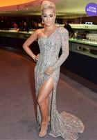Look do dia: Rita Ora usa vestido com superfenda em evento em Londres