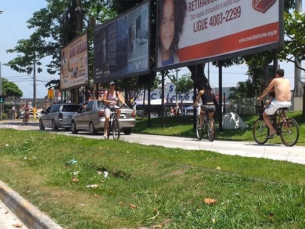 Carros invadem ciclovia em São Vicente, SP (Foto: Reprodução)
