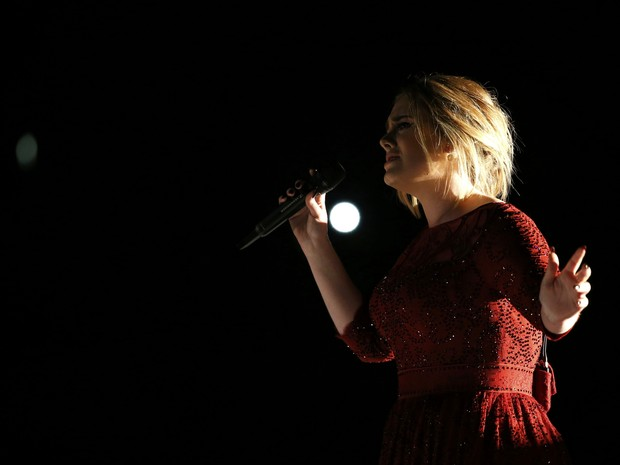 Adele apresenta 'All I Ask' no palco do 58º Grammy (Foto: Mario Anzuoni/Reuters)