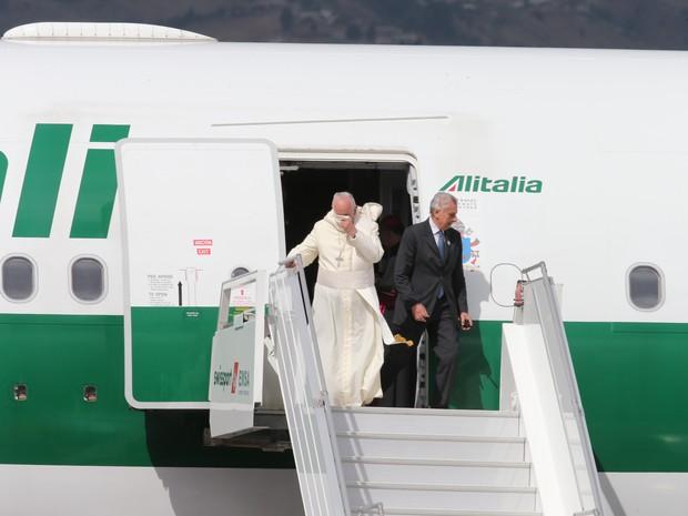 Papa Francisco já está em Quito, no Equador. (Foto: AP)