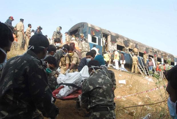 Equipes de resgate retiram feridos de incêndio em trem na Índia (Foto: AFP)