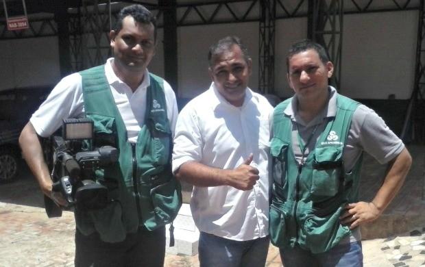 Repórter Luízio Oliveira ao lado dos cinegrafistas Izaias Gomes (E) e Aldo França (D) (Foto: Luízio Oliveira/Arquivo Pessoal)