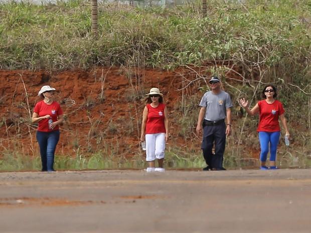 Condenadas no processo do mensalão, a ex-presidente do Banco Rural, Katia Rabello (e), e a ex- funcionária de Marcos Valério, Simone Vasconcelos (d), ao lado de uma outra detenta não identificada (c), caminham pelo pátio do 19º Batalhão da Polícia Militar (Foto: DIDA SAMPAIO/ESTADÃO CONTEÚDO)