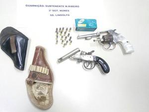 Armas estavam escondidas no carro do suspeito (Foto: PM / Divulgação)