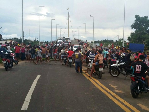 Moradores protestaram nesta quinta-feira (23) e fecharam ponte, em Cruzeiro do Sul  (Foto: Adelcimar Carvalho/G1)