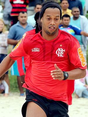Ronaldinho Gaúcho no treino do Flamengo na praia (Foto: Maurício Val / Vipcomm)