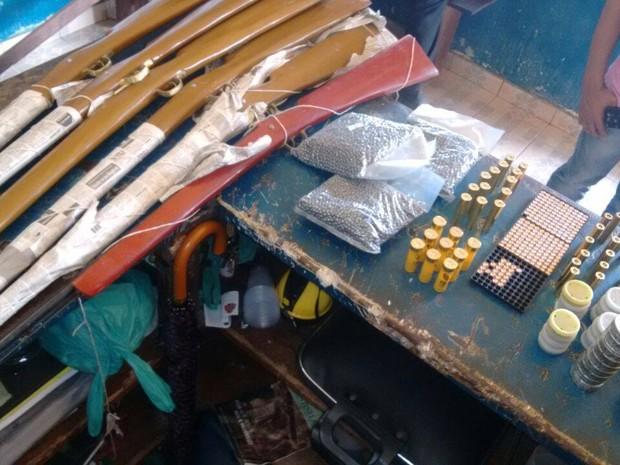 Além de drogas, a polícia apreendeu dinheiro, armas e munições (Foto: Divulgação/Polícia)