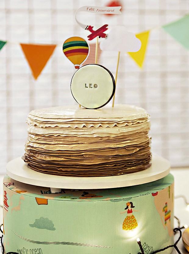 O bolo, feito por Tammy Montagna, teve cobertura de merengue suíço trabalhada como bico de confeitar. O tecido que revestiu o suporte do bolo inspirou a paleta de cores de toda a festa (Foto: Sandra Pagano/Editora Globo)