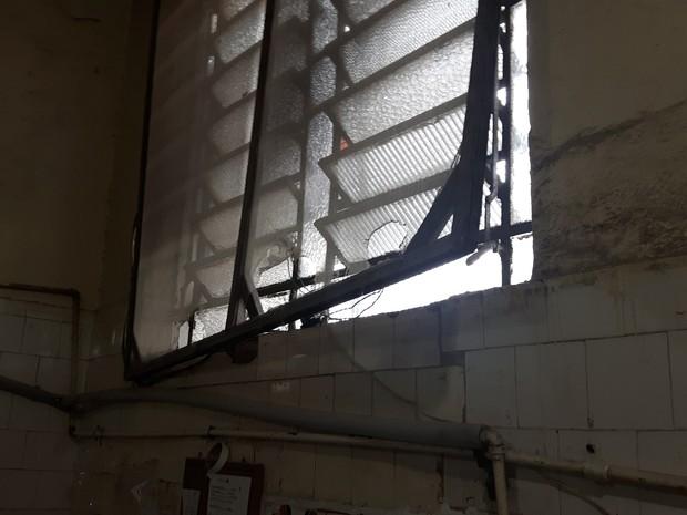"""Operação """"Pão na Chapa"""" encontrou paredes sujas e janelas sem grades ou com grades rasgadas  (Foto: Divulgação/Procon-RJ)"""