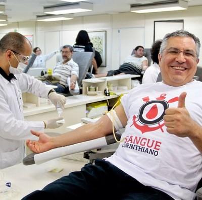 Ministro da Saúde, Alexandre Padilha, foi ao Hospital das Clínicas participar da Campanha Sangue Corinthiano  (Foto: Rodrigo Coca/Agência Corinthians)