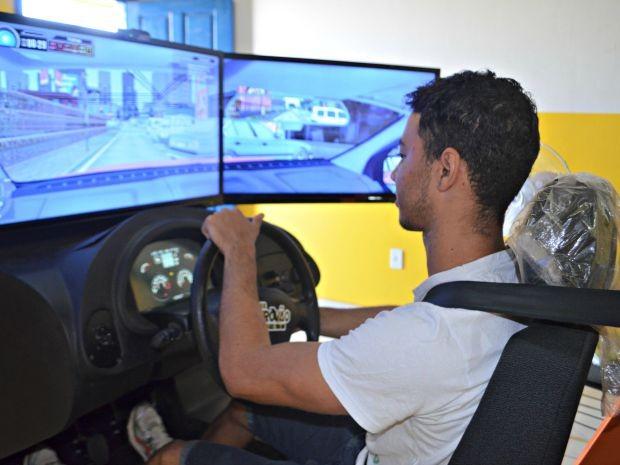 Maycon Wisley acredita que apesar do aumento no valor para retirar CNH, simulador é importante para situar aluno (Foto: Quésia Melo/G1)