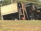 Caminhão carregado com material corrosivo tomba em Ribeirão Preto, SP