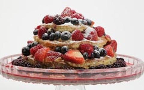 Naked cake com frutas vermelhas e recheio de doce de leite com coco