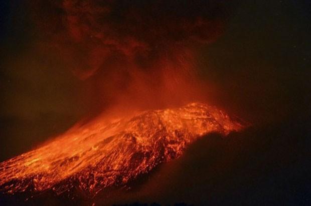 Explosão do vulcão Popocatepetl, perto da Cidade do México, registrada no dia 15. Duas novas explosões ocorreram nesta sexta-feira (17) (Foto: Arturo Andrade/AFP)