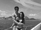 Enzo Celulari faz passeio de lancha com a namorada