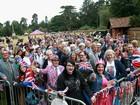 Fãs cercam a igreja para batizado de princesa Charlotte na Inglaterra